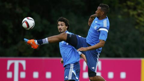 Trong khi Boateng (phải) vẫn chơi rất vững chắc thì Hummels sa sút nhanh chóng thời gian gần đây