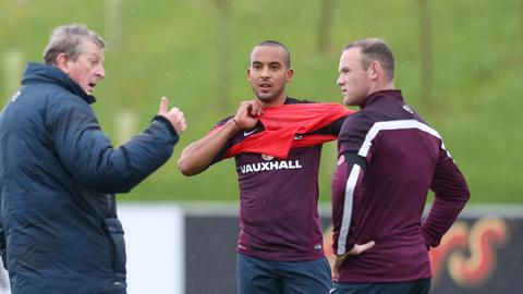 Walcott (giữa) đủ sức thế chỗ Rooney dẫn dắt hàng công ĐT Anh