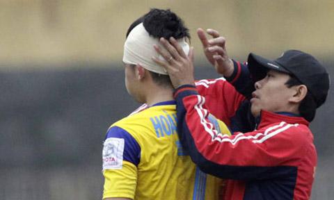Cầu thủ tại V-League được các bác sỹ băng đầu