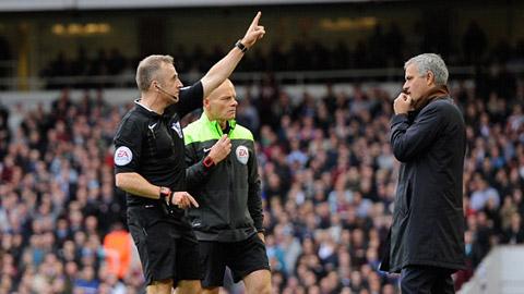 HLV Mourinho bị đuổi lên khán đài trận ở thua West Ham