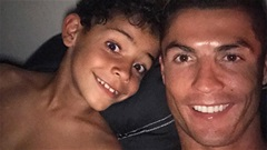 Thế giới sao 12/5: Cha con Ronaldo cởi trần tự sướng