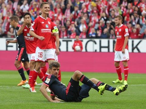 Liệu Bayern Munich của Thomas Muller (dưới) có tiếp tục mất điểm đáng tiếc?