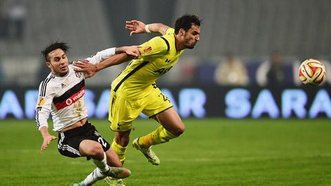 Cả Tottenham (vàng) và Besiktas cùng dắt tay nhau vào vòng sau